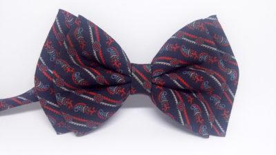 Pajarita de seda azul marino con rayas y estampado en rojo, azul y gris