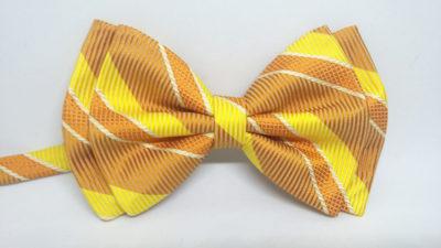 Pajarita de seda con rayas en tonos naranja y amarillo