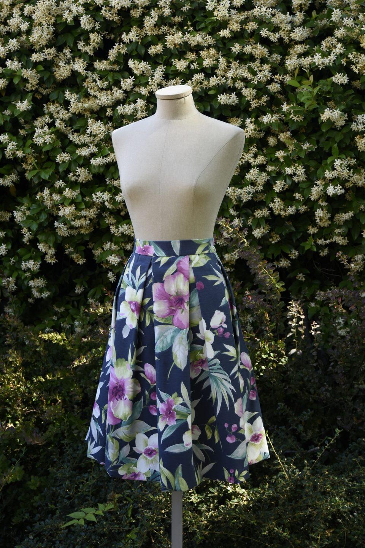 855462dd1b Falda midi de tablas en algodón azul con flores blancas y rosas
