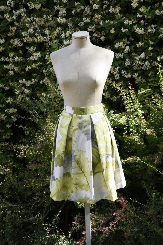 cf16a7b907 Falda midi de tablas en algodón crudo con estampado de hojas de tabaco