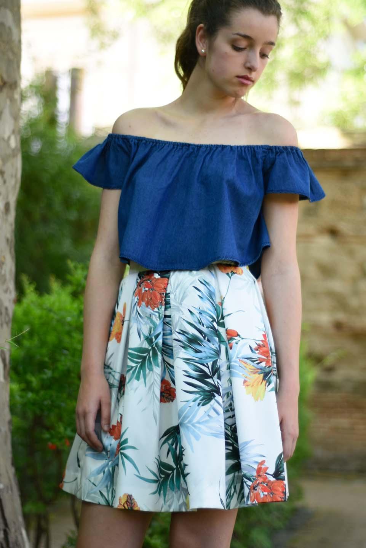 0931a0b06a Falda midi de tablas blanco hielo con estampado de palmeras y flores  amarillas y naranjas