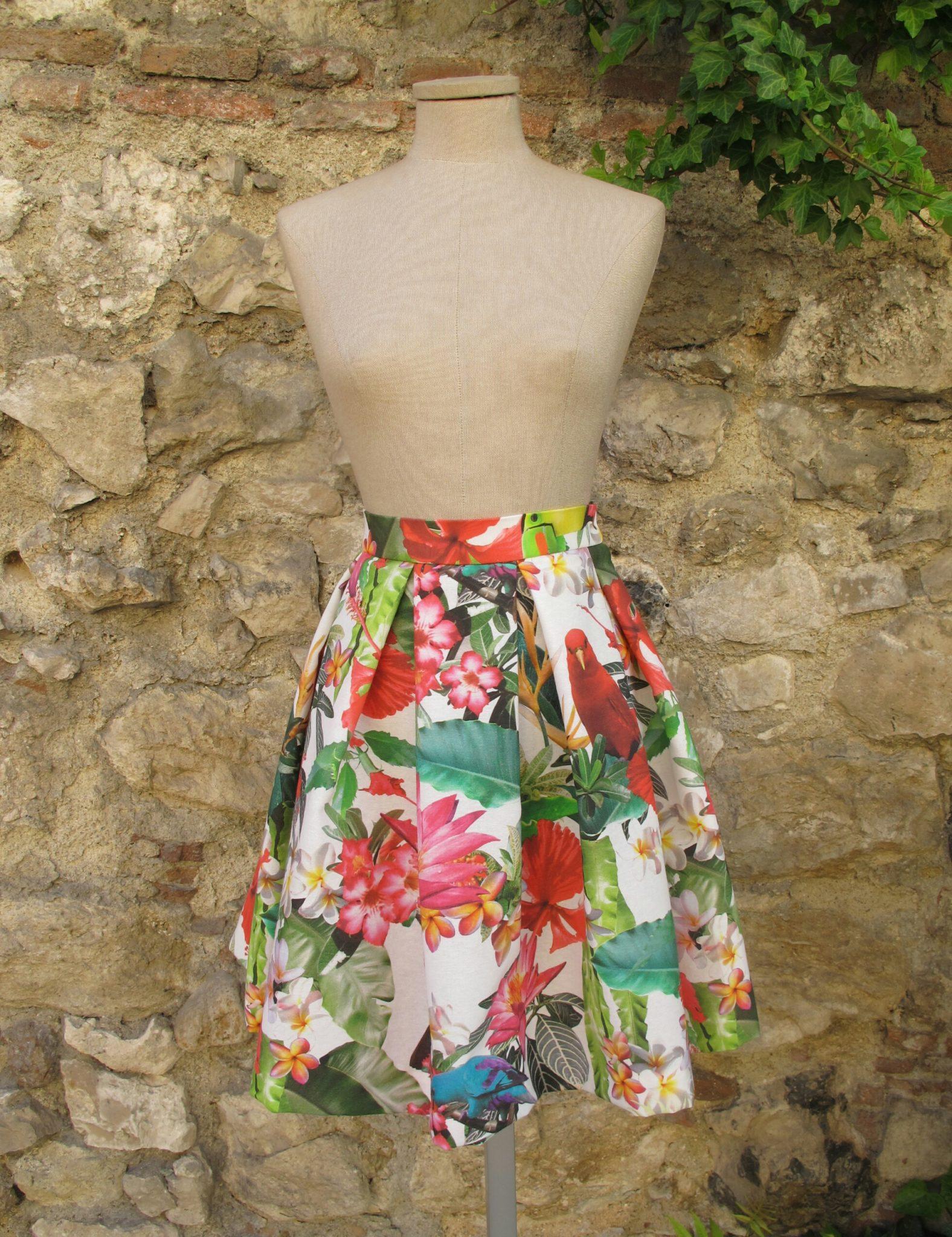 ccac814ba2 Falda midi de tablas en algodón estampado con flores y pajaros tropicales