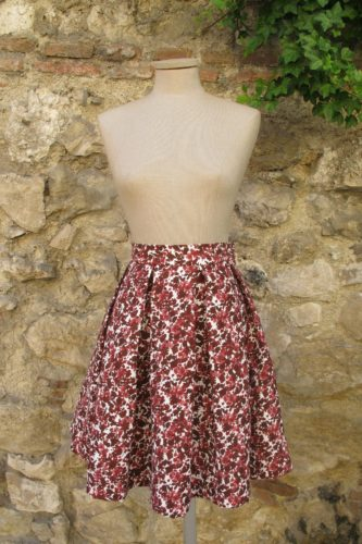 e41c1f7d07 Falda midi de tablas en algodón estampado con flores en diferentes rojos