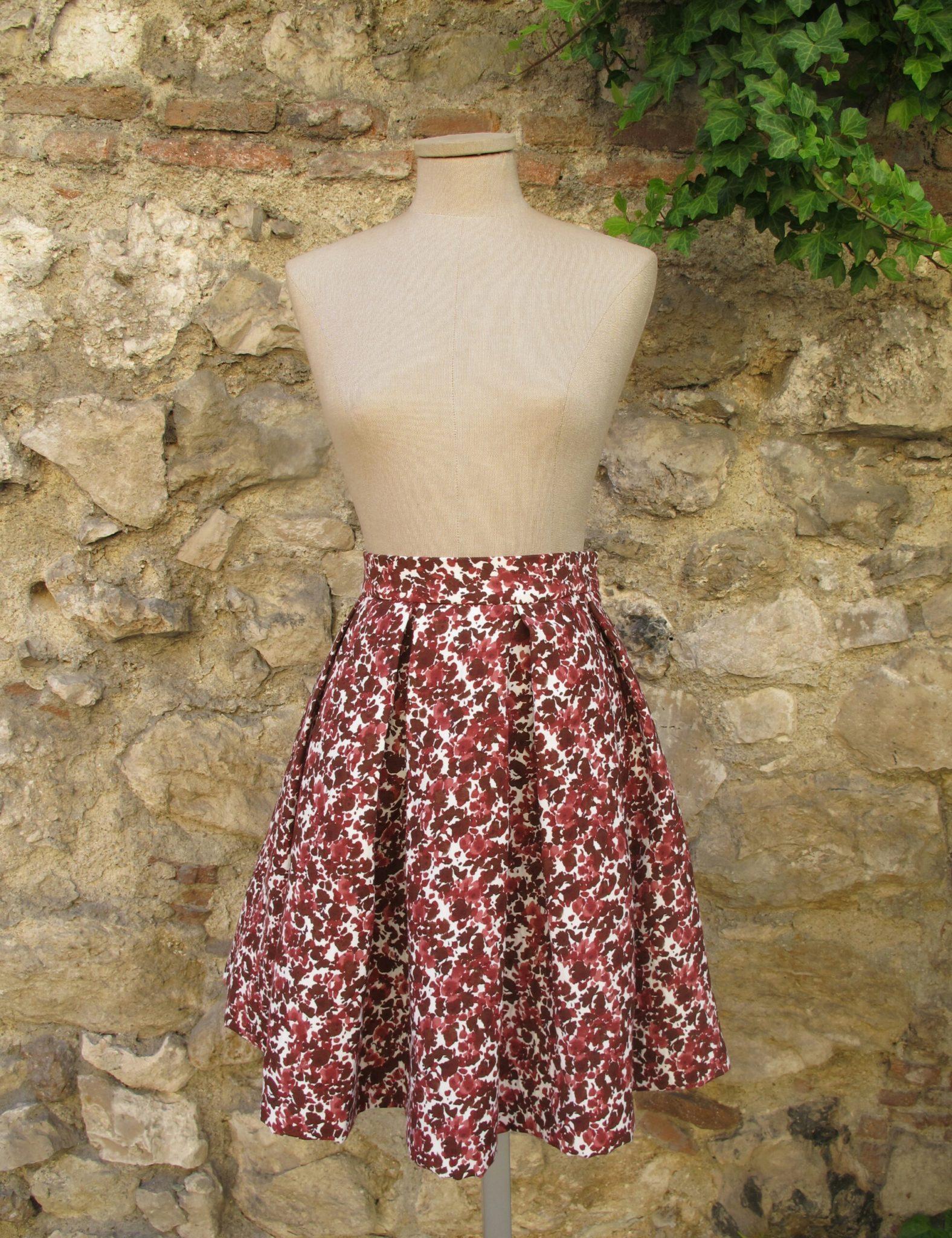 muchas opciones de vendido en todo el mundo imágenes oficiales Falda midi de tablas en algodón estampado con flores en diferentes rojos